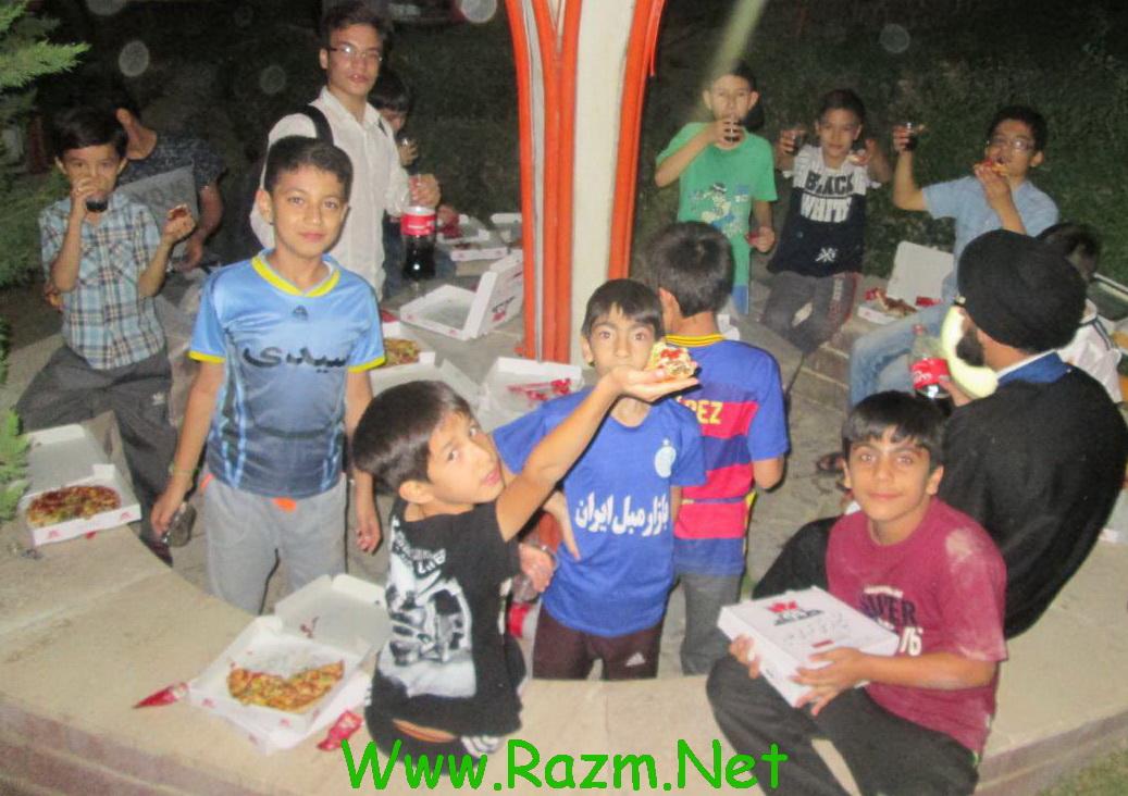 شام بچه ها پیتزا دور همی میل کردن